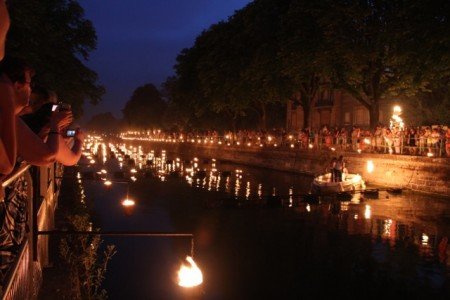 A thousand pots of fire on the canal