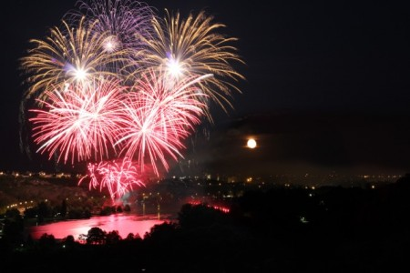 Incredible fireworks over Dijon (and an almost full moon, as a bonus)