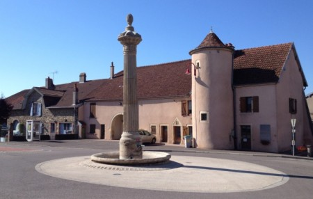 Town square, but no boulangerie, in Baulay