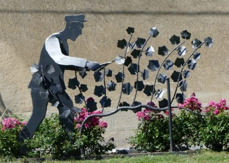 Metal sculpture celebrating the vineyard workers